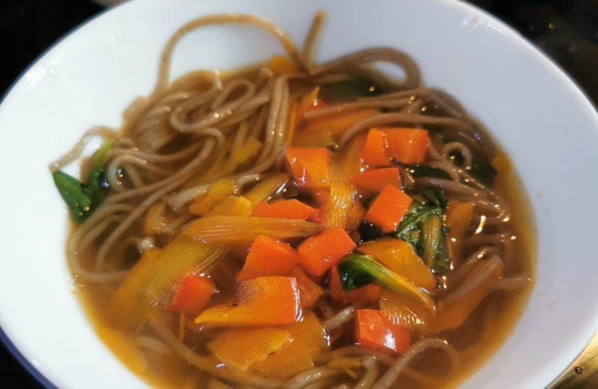 Japoniška grikių miltų makaronų sriuba su daržovėmis